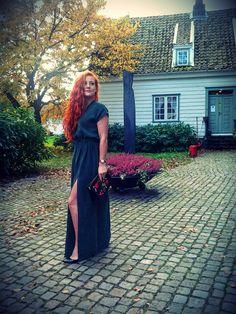 zielona sukienka maksi z rozcięciem z przodu, cupra, torebka Zara