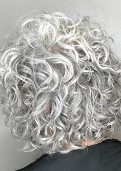 Do you like your wavy hair and do not change it for anything? But it's not always easy to put your curls in value … Need some hairstyle ideas to magnify your wavy hair? Curly Silver Hair, Thin Curly Hair, Long Hair Cuts, Curly Short, Medium Curly, Short Cuts, Haircuts For Curly Hair, Curly Bob Hairstyles, Older Women Hairstyles