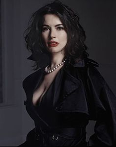Nigella Lawson - damn, I never realized just how well she could rock the dark/goth genre! Provocateur, Domestic Goddess, Tv Presenters, Portraits, Famous Women, Looks Style, Gorgeous Women, Beautiful People, Celebs