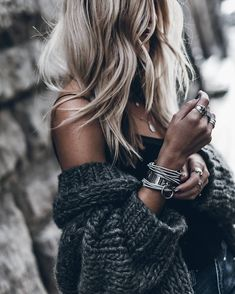 A beautiful gray sweater and stylish jewelry. Mode Outfits, Casual Outfits, Fashion Outfits, Womens Fashion, Sweater Outfits, Fashion Clothes, Mode Chic, Mode Style, Look Fashion
