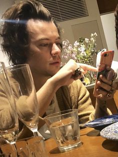 Niall Und Harry, Harry 1d, Beautiful Boys, Pretty Boys, Harry Styles Wallpaper, Harry Styles Pictures, Mr Style, Family Show, Treat People With Kindness