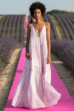 Jacquemus Spring 2020 Ready-to-Wear Fashion Show Jacquemus Spring 2020 Ready-to-Wear Collection - Vogue Vogue Fashion, Fashion 2020, Fashion Week, Runway Fashion, High Fashion, Womens Fashion, Fashion Trends, Fashion Slides, London Fashion