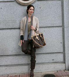 Abrigo y chal de Lentejita, camiseta  de Lío de Faldas, jeans de Reiko, bolso Louis Vuitton