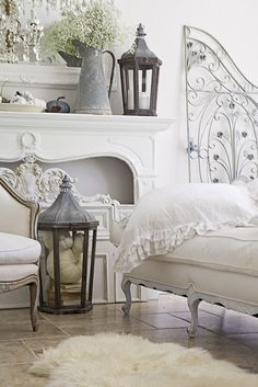 French Country Fall Decorating Ideas White french shabby chic home decorated for fall. zinc lanterns I sheepskin rug I French cottage style I Pottery Barn fall living room. Shabby French Chic, French Cottage Style, Shabby Chic Mode, French Country Bedrooms, Shabby Chic Bedrooms, French Country House, Shabby Chic Cottage, French Decor, French Country Decorating