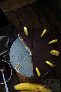 Chocolate - Banana cake with Stracciatella mousse - Tongue circus Chocolate - Banana cake with Stracciatella mousse - Tongue circus Mousse, Banana, Favorite Recipes, Chocolate, Desserts, Winter, Decorating Cakes, Recipes, Pie