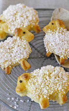 Diese Osterlämmchen aus Hefeteig sind fast zu schade zum Vernaschen! Hier findet ihr noch mehr Rezepte, um an Ostern euren Gästen etwas Leckeres zu backen. #ostern #backen #meinschoenergarten