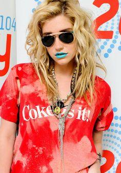 Kesha ¡Coke is it! Kesha Concert, Kesha Rose, Rock Style, My Style, Concert Looks, American Flag Shorts, Blue Lipstick, Celebs, Celebrities