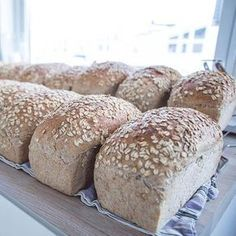 Saftig havrebrød er favorittbrødet i familien til Elise. En måned med havrebrød kan gjøres unna på en søndag! Norwegian Food, Vegan Bread, Bread Bun, Diy Food, Bread Baking, Yummy Cakes, No Bake Cake, Love Food, Baking Recipes
