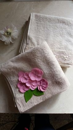 Havlu süsleme Placemat, Pot Holders, Hand Embroidery, Diy And Crafts, Creations, Towel, Sewing, Flowers, Hand Embroidery Designs