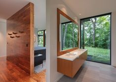Image 16 of 39 from gallery of Woodland House / ALTUS Architecture + Design. Photograph by ALTUS Architecture + Design Modern Glass House, Glass House Design, Minnesota Home, Minneapolis Minnesota, Woodland House, Contemporary Style Homes, Contemporary Design, Commercial Architecture, Level Homes