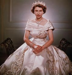 Princess Elizabeth photographed by Yousef Karsh in 1951 in an embroidered cream gown. Young Queen Elizabeth, Princess Elizabeth, Princess Margaret Young, Windsor, Prinz Philip, Royal Family Pictures, Queen And Prince Phillip, Royal Queen, White Queen