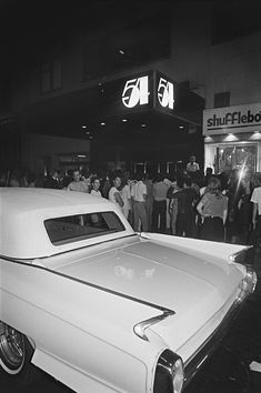 The Last Days of Disco Era Studio 54 Captured by Photographer Bill Bernstein Studio 54 New York, Studio 54 Fashion, New York Dance, Black And White Photo Wall, Black And White Aesthetic, Mellow Yellow, Aesthetic Pictures, Photo Book, Night Life