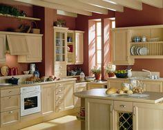 Cocina clasica madera clara y paredes terracota