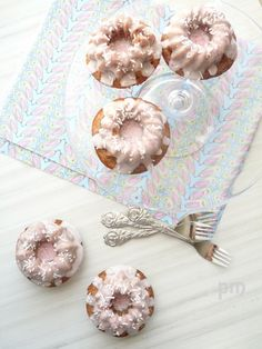 Story and recipes Via delle rose Strawberry Mousse Cake, Strawberry Glaze, Delicious Donuts, Delicious Desserts, Cupcake Cakes, Cupcakes, Muffin Cupcake, Donut Crazy, Donut Muffins