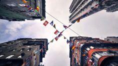 """""""Cuando llegué a Hong Kong, quedé tan sorprendido por la velocidad y vorágine que intenté buscar el cielo para sentir tranquilidad, lo que encontré fue una mezcla de estilos y salvajismo"""" contó el fotógrafo  francés Romain Jacquet-Lagrèze, impresionado por la vorágine de Hong Kong, publicó un libro llamado Horizonte vertical"""
