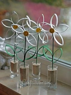Recycle your toilet paper roll, and use it to make this beautiful flowers.