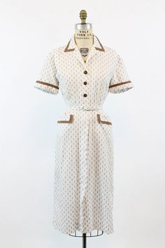 Darling 1940s cotton frock! Done in a bright white cotton that is fully…