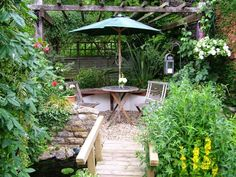 So, if you want an idea how to organize your small garden take a look at the following 15 wonderful ideas how to organize a pretty small garden space.