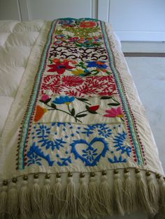 Karam Hecho A Mano Mexican Embroidery Keka❤❤❤ Bed Runner, Mexican Embroidery, Hand Embroidery, Embroidery Designs, Embroidered Bedding, Embroidery Needles, Bed Covers, Bohemian Decor, Needlepoint