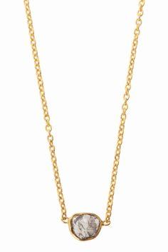 DIONE LONDON ネックレス  DIONE LONDON ネックレス 18360 いびつなダイヤモンド石が綺麗なネックレス シンプルなのでスタイルを選ばずに使用出来ます チェーン素材はシルバーにゴールドメッキを施した一点です DIONE LONDON(ディオネ ロンドン) 女性デザイナーデニスによって作られたロンドンのアクセサリーブランド その作品は毎日着用するように設計された現代的で洗練されたデザインが特徴です すべてが手作りであり慎重に世界中から調達した石達を最高水準にカットし使用 多くのセレブやファッショニスタに愛されています