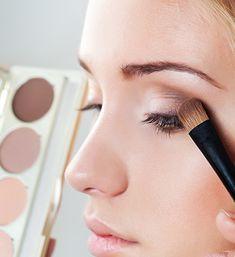Líčenie pre začiatočníčky: Ako správne aplikovať očné tiene? • Akadémia krásy Makeup Pro, Hair Beauty, Make Up, Lipstick, Pictures, Photograph Album, Lipsticks, Makeup, Beauty Makeup