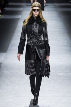 Versace Fall 2016 Ready-to-Wear Collection Photos - Vogue London Fashion Weeks, Fashion Week Paris, New Fashion, Runway Fashion, High Fashion, Fashion Show, Milan Fashion, Fashion Trends, Versace Top