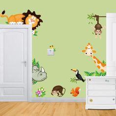 stickers à motifs animaux sauvages de la jungle, peinture murale vert anis, commode en bois blanc neige et parquet contrecollé assorti