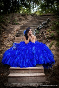 Gorgeous outdoor Quinceañera photo pose