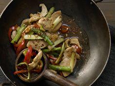 Köstlich mit Spargel – schnell in Wok oder Pfanne zubereitet. Hähnchen-Gemüse-Pfanne - mit Spargel, Paprika und Cashew - smarter - Kalorien: 330 Kcal - Zeit: 30 Min. | eatsmarter.de