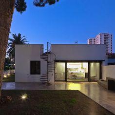 Esta fachada esconde un diseño muy complejo de una casa muy especial. XVA y un gran trabajo de arquitectura en España