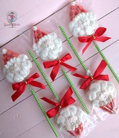 In this DIY tutorial, we will show you how to make Christmas decorations for your home. The video consists of 23 Christmas craft ideas. Christmas Hot Chocolate, Christmas Cake Pops, Christmas Deserts, Holiday Cupcakes, Christmas Decorations To Make, Christmas Treats, Christmas Baking, Christmas Cookies, Meringue Pavlova