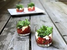 Caprese in a glass - tomato mozzarella with basil New Year's Eve Appetizers, Tomato Mozzarella, Party Buffet, Party Snacks, Different Recipes, Gnocchi, Catering, Food And Drink, Low Carb