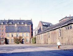 Bådsmandsstræde Kaserne  Der har været kaserne i Bådsmandstræde siden 1836 og på den tid var der allerede en del bygninger på området. Der var krudthuse og andre småhuse på voldterrænet. Tyskerne angreb kasernen i 1943 og besatte området med hen ved 200 mand. Det hele blev lukket ned i 1968 og hæren forlod området. #Bådsmandsstræde #Kaserne #Christianshavn #Christiania