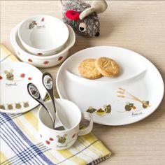 【ニッコーの子供食器】     レオ・レオニが描く「フレデリック」をモチーフにした、アート性の高いデザインの子供食器。絵本もセットになっているので、出産祝いの贈り物にもおすすめ。シンプルな仕切皿と深みのある小皿がセットになっているので、お子様の成長に合わせいろいろなメニューに対応できます。スプーン、フォーク以外のアイテムは食洗機・電子レンジ・オーブンでの使用も可能です。Copyright © 2011 by Blueandyellow, LLC Licensed by Cosmo Merchandising  レオレオニ にこにこセット ■内容:ひとりごはん皿(20.5cm)、10cmライスボール、マグ(SS)(210cc)、13cm小鉢、13cm深皿、スプーン、フォーク、絵本×各1 #baby #tableware #NIKKO