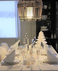 Valkoinen kattaus Table Settings, Chandelier, Ceiling Lights, Candles, Lighting, Home Decor, Candelabra, Decoration Home, Room Decor