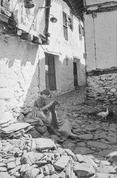 Arenas de San Pedro-Avila. Año 1943. Mujeres descalzas en la puerta de una casa, una peinando a la otra. Autor: Otto Wunderlich. Archivo Wunderlich.