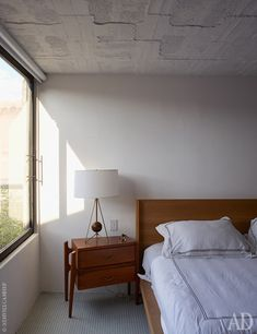 Фрагмент спальни хозяев. Здесь текстуру бетона все-таки скрыли везде, кроме потолка.