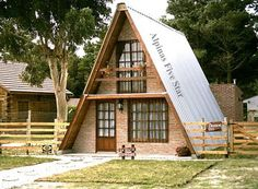The Return of A-Frame Cabins - Rustic Design A Frame Cabin, A Frame House, Style At Home, Log Cabin Homes, Cabins And Cottages, Wooden House, Cabin Plans, Cozy Cottage, Small House Plans