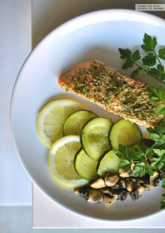 Te explicamos paso a paso, de manera sencilla, cómo hacer la receta de salmón al horno con hierbas. Tiempo de elaboración, ingredientes,