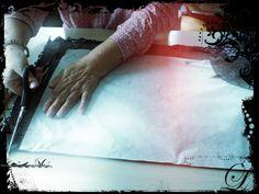 Brigitte lors de la découpe du patron et du tissu pour la confection d'un tee shirt . atelier 1001 Tailles