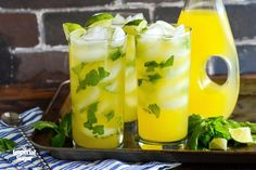 A tropical twist on the mojito cocktail, the mango mojito mixes mangos, freshly squeezed lime juice, fresh mint leaves, club soda and rum for an adult beverage that your guests will rave about. Mojito Mix, Mango Mojito, Mojito Cocktail, Virgin Mango Margarita Recipe, Mojito Recipe, Pumpkin Pie Smoothie, Oatmeal Smoothies, Easy Smoothie Recipes, Easy Smoothies