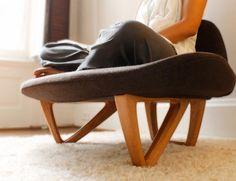 Diseñada por Nori Sakatsume, la butaca Om busca introducir en los asientos una nueva forma de sentarse, siguiendo un estilo que facilita al usuario meditar. La postura es Sukhasana o de las piernas cruzadas. Una forma ideal de iniciarse en el yoga.