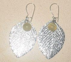 Øredobber blad med beige perle NOK 50