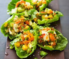 Limemarinerad torskrygg med mangoceviche är god som förrätt eller på en asiatisk buffé. Ceviche är en sydamerikansk sallad med rå, marinerad fisk, lime, chili och koriander. I vårt recept hackar du gurka, mango, salladslök och blandar i kaviar. Lägg cevichen på sallad och toppa med torsken.