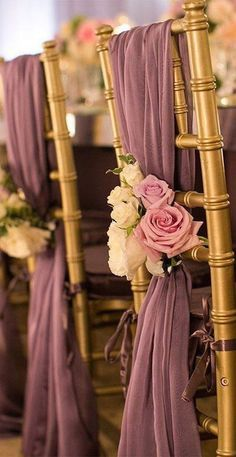 Echale un vistazo a nuestras ideas favoritas para decorar y vestir sillas de boda ya sea para la ceremonia, o las mesas de la recepción