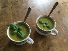Heerlijk soepje van gele courgette, knoflook, uitje, peterselie en maggiplant. En een basilicumblaadje on top.