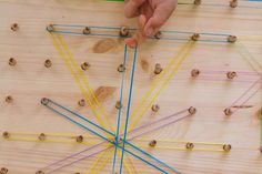 Cómo hacer un geoplano - AEIOUTURURU | Talleres creativos para peques Geometric Fashion, Wood Boards, How To Build, Gross Motor, How To Make, Creativity