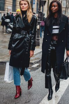 Paris Fashion Week is in full swing. See the best Paris Fashion Week street style from the shows circuit. All the Paris fashion week street style inspiration you need from the shows at PFW. London Fashion Weeks, Fashion Week Paris, Paris Fashion Week 2018 Street Style, K Fashion, Street Style 2018, Cool Street Fashion, Fashion 2018, Fashion Design, Fashion Trends