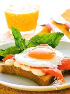 Il Toast con salmone, uova e maionese è una vera e proprio golosità, ricca e consistente. Perfetta per uno strappo alle calorie e irresistibile!