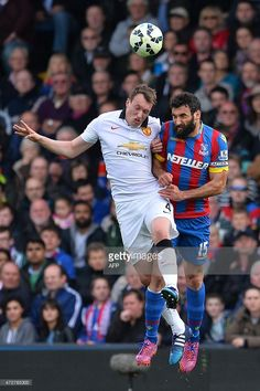 Manchester United's English defender Phil Jones and Crystal Palace's Australian midfielder Mile Jedinak contest a high ball Crystal Palace Fc, Phil Jones, Soccer News, English Premier League, Football Match, Manchester United, The Unit, Baseball Cards, Crystals